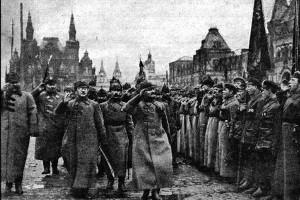 Лев Троцкий принимает присягу солдат РККА на Красной площади в 1923 году