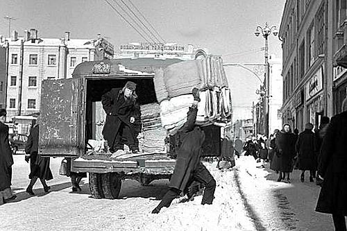Московская зима конца 1950-х. Разгрузка на улице Петровка