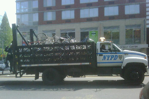 Полиция Нью-Йорка эвакуирует велосипеды перед проездом президента