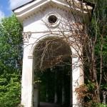 Внутри пропилеев: между колоннами обычная дорожка.