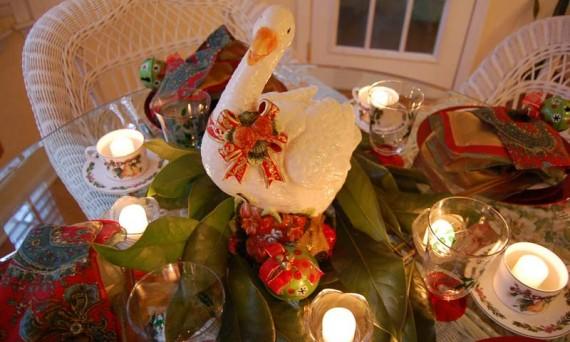 Верующие вегетарианцы тоже чтут Рождественскую традицию, но гуся не едят, заменяя мясо на праздничном столе муляжом.