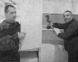 Рабочие А. Курочкин и Г. Веретенников.