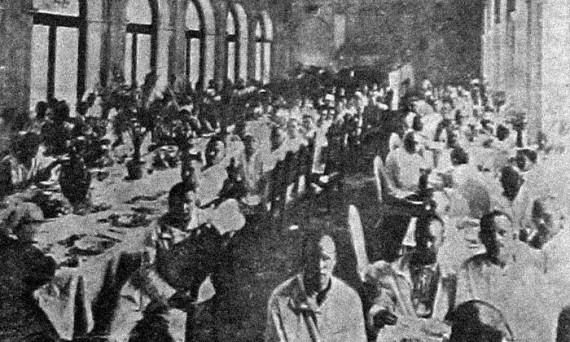 Советские курортники в бывшей царской столовой в Ливадии.