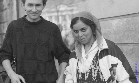 Студенты приобщают цыган к цивилизованной культурной жизни. Орел, 1991 год.