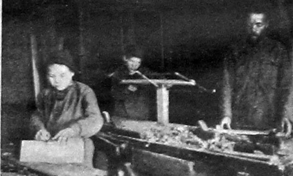 Деревенская семейная столярная мастерская. 1927 год.