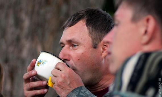 Рыбаки пьют чай.
