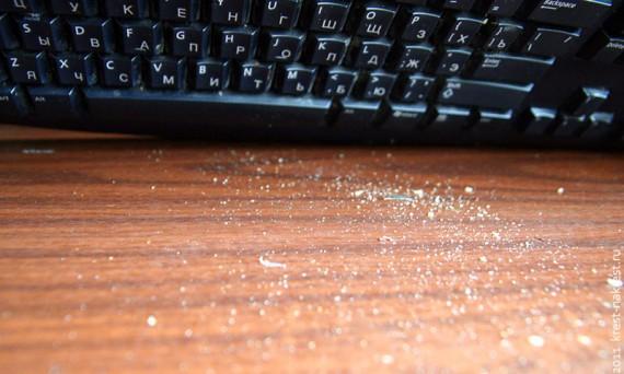 Пыль, крошки и другой мусор в клавиатуре.