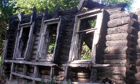 Дом после пожара.