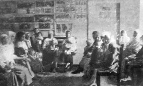 Матери-крестьянки ожидают приема сельского врача. 1927 год.