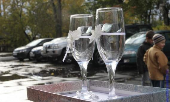 Свадебные приметы для счастья - разбить бокалы после выпитого шампанского.
