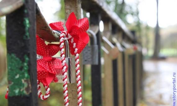 Свадебные приметы для счастья - повесить замочек на мосту и выкинуть ключ.