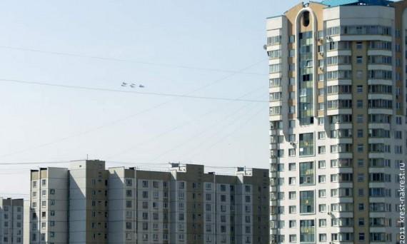 """Русские """"Витязи"""" в небе над новостройками Москвы. 9 мая 2011 года."""