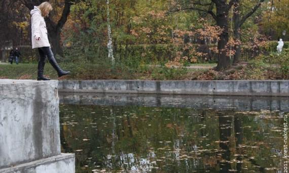Таня, которая никогда не роняла в речку мячик. Москва, усадьба Кусково. 2011 год.